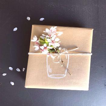 For a simple, but lovely mother's day gift wrap, draw a jar on kraft paper and tie a flower or clip